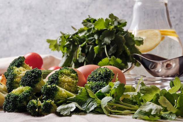 Verdure fresche sul tavolo per fare l'insalata
