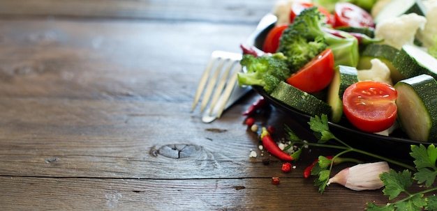 Verdure fresche su un tavolo di legno da vicino