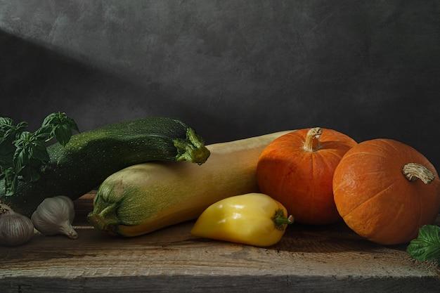 Verdure fresche su un tavolo di legno. sfondo scuro.