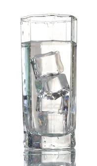 Acqua fresca in vetro con cubetti di ghiaccio isolato su bianco