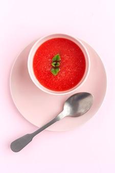 Succo di menta fresca dell'anguria su fondo rosa da sopra