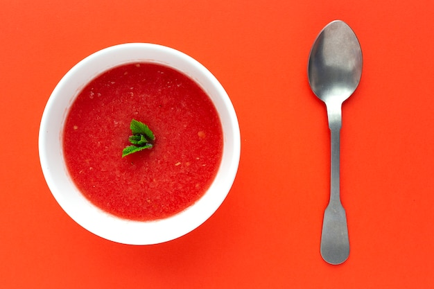 Succo di menta fresca dell'anguria su fondo rosso da sopra