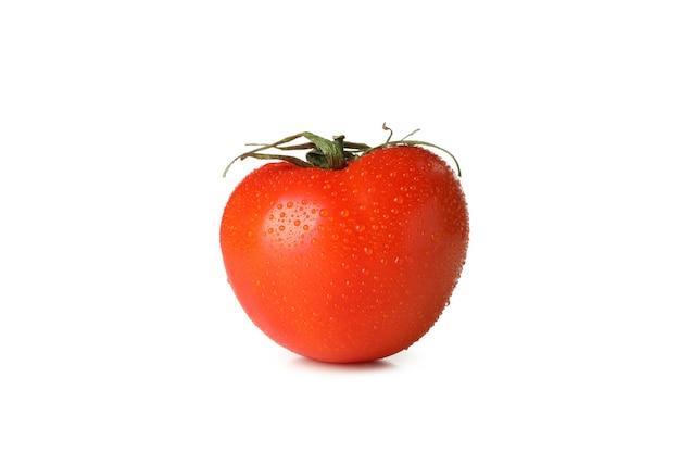 Pomodoro fresco bagnato isolato su bianco