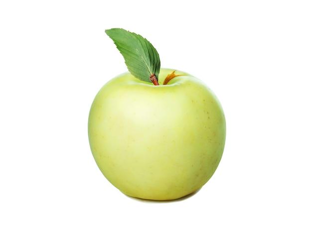 Mela gialla fresca con foglia verde