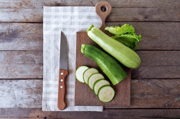 Zucchine fresche con zucca sul tagliere