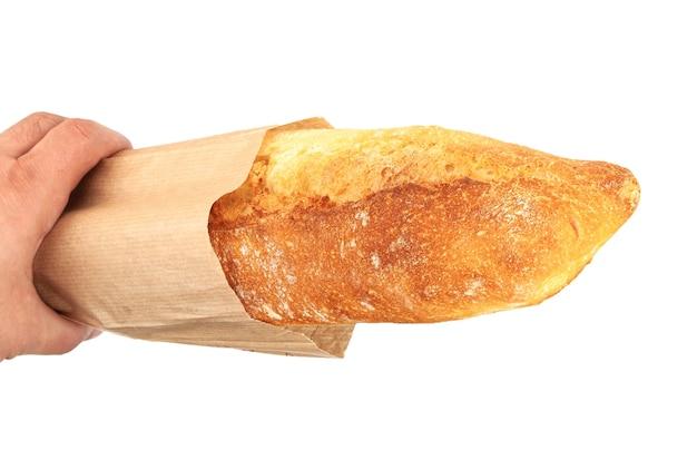 Baguette appena sfornata in un pacchetto di carta isolato su sfondo bianco, vista dall'alto