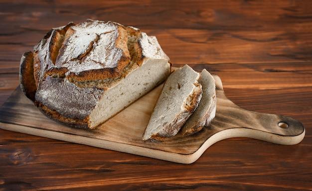 Pane appena sfornato sul tavolo da cucina marrone