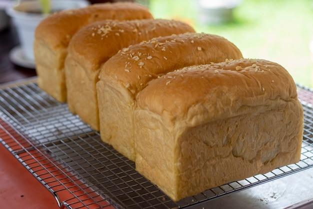 Il pane appena sfornato è delizioso e gustoso