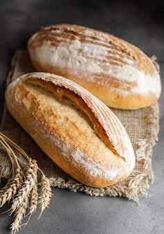 Pane appena sfornato. pane fatto in casa a lievitazione naturale