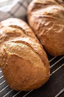 Pane appena sfornato posto sul ritratto del primo piano della griglia metallica.