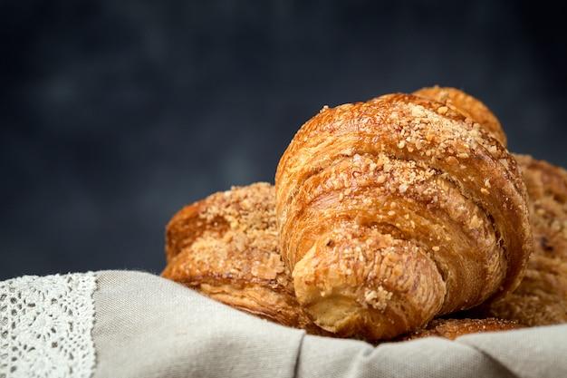 Panini appena sfornati con mandorle. croissant e brioche