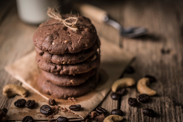 Biscotti al cioccolato appena sfornati sul tavolo in legno rustico