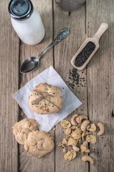 Biscotti appena sfornati sul tavolo in legno rustico
