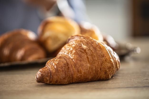 Croissant appena sfornato su un tavolo - primo piano.