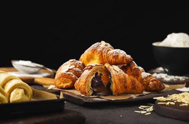 Croissant di recente al forno con la fine del cioccolato in su