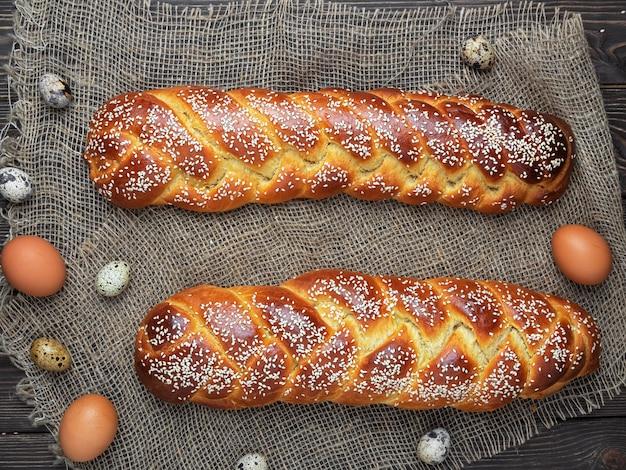 Pane di challah di pasqua appena sfornato
