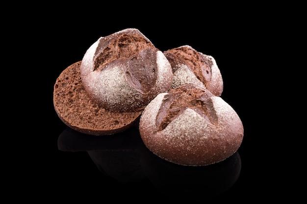 Pane fatto in casa appena sfornato isolato su pane nero e fresco di ruta scuro
