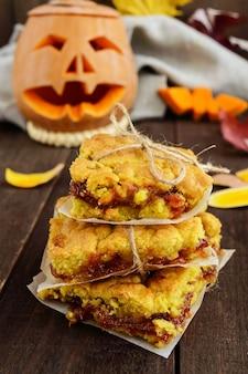 Torta fatta in casa appena sfornata con marmellata di albicocche. dolce di halloween.
