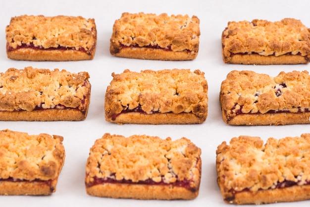Biscotti fatti in casa appena sfornati con marmellata in una riga