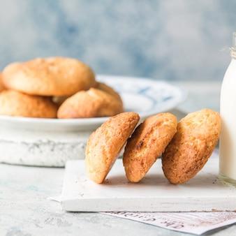 Biscotti di formaggio cremoso croccanti fatti in casa appena sfornati.