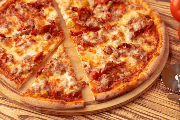 Pizza appena sfornata sul tavolo da vicino