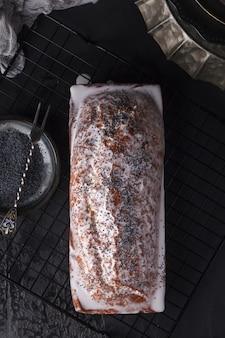 Torta di semi di papavero appena sfornata. torta con fondente. cottura con semi di papavero su uno sfondo scuro