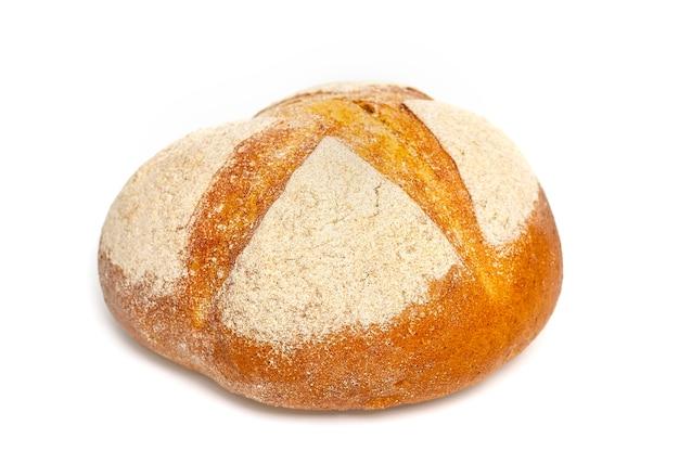 Pane appena sfornato a lievitazione naturale dal forno isolato su bianco