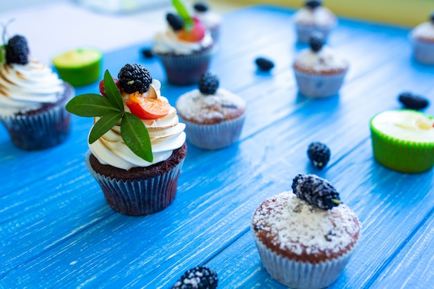 Muffin dolci di recente cotti su un fondo blu. dolci, ricette, cucina
