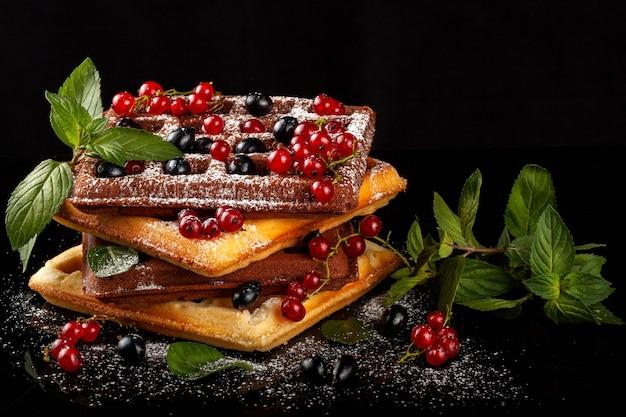 I waffle viennesi appena sfornati si trovano su una tavola nera.