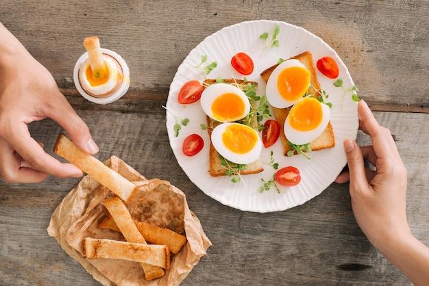 Uovo bianco appena bollito sulla tavola di legno. sana colazione fitness.
