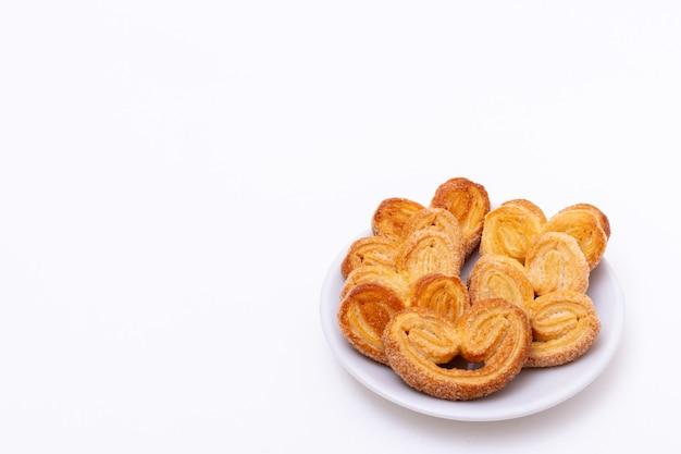Biscotti a forma di cuore appena cucinati su uno sfondo bianco, copia dello spazio. colazione mattutina per i propri cari.