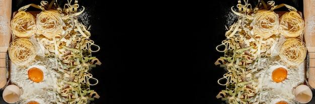 La pasta appena cotta è adagiata su un piano scuro spolverato di farina. pasta italiana. tagliatelle. pasta cruda. ricetta pasta italiana. vista dall'alto, copia dello spazio.