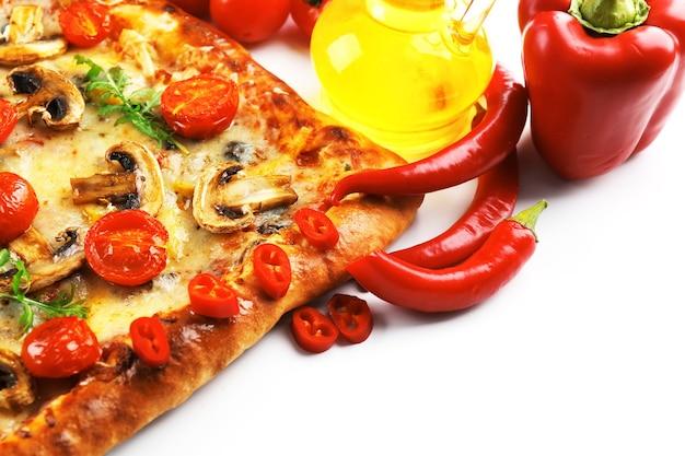 Pizza appena fatta in casa isolata su bianco