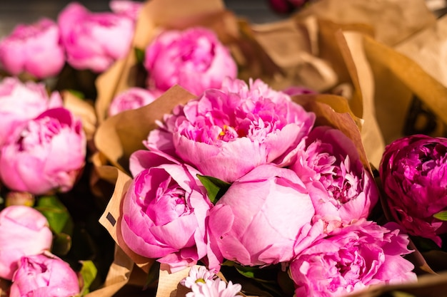 Mazzo di fiori di peonia appena raccolti in mostra al mercato degli agricoltori