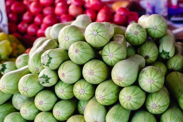 Zucchine appena raccolte offerte al mercato contadino