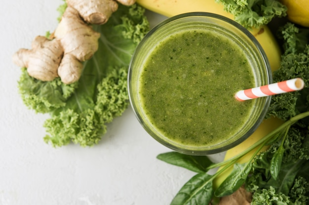 Vetro appena preparato del frullato verde, primo piano. frullato di verdure con spinaci e cavolo nero.