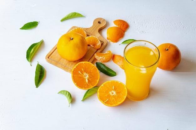 Spremuta d'arancia e frutta tagliata a metà