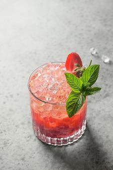 Cocktail di freschezza con purea di fragole, soda, limonata, cubetto di ghiaccio e lime.