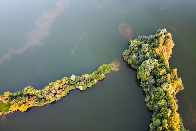 Lago d'acqua dolce con paesaggio estivo isola vista aerea
