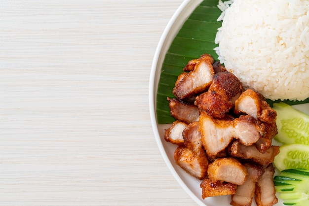 Pancetta di maiale fritta con riso con salsa piccante in stile asiatico