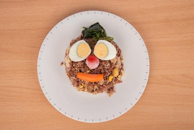 Riso integrale fritto con cibo sano e pulito di uova sode di tonno