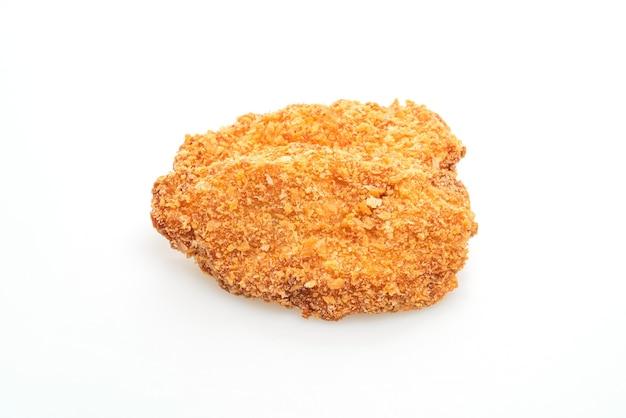 Filetto di petto di pollo fritto isolato su sfondo bianco