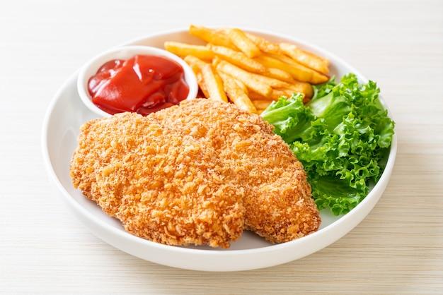 Filetto di petto di pollo fritto con patatine fritte e ketchup
