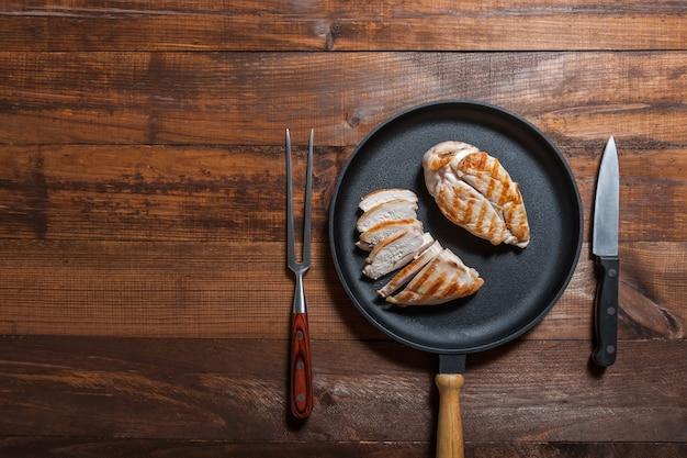 Petto di pollo fritto in padella. deliziosa cena cucinata. sfondo di cibo, piatto laici