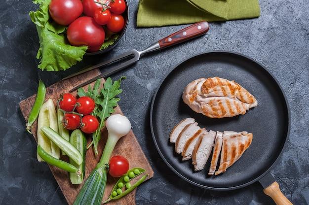 Punta di petto di pollo fritto in padella e verdure fresche. deliziosa cena cucinata, y