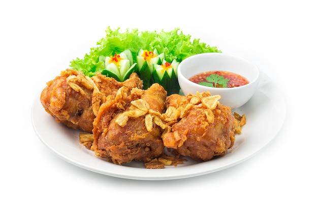 Bacchette di pollo fritto pelle croccante condita con aglio croccante