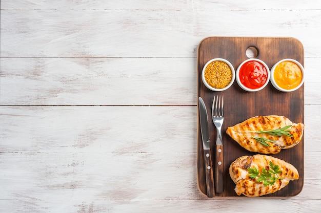 Filetto di pollo fritto e verdure bollite, deliziosa cena barbecue,