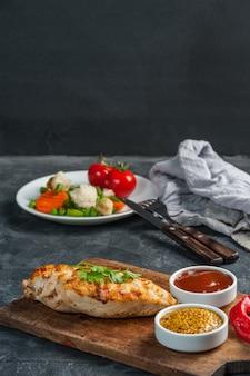 Filetto di pollo fritto e verdure bollite