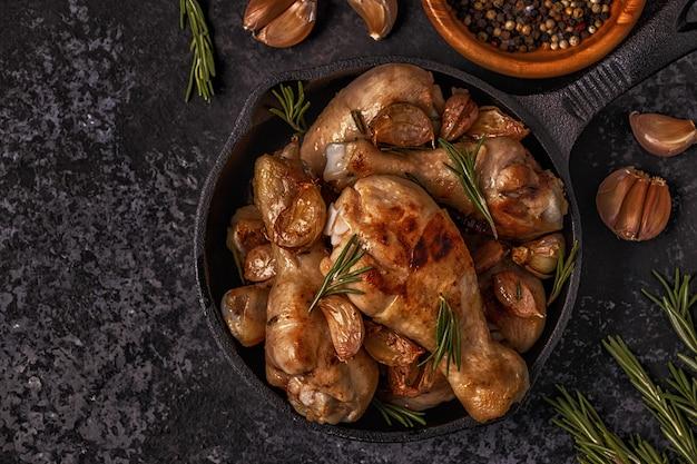 Vista superiore delle gambe di pollo fritto