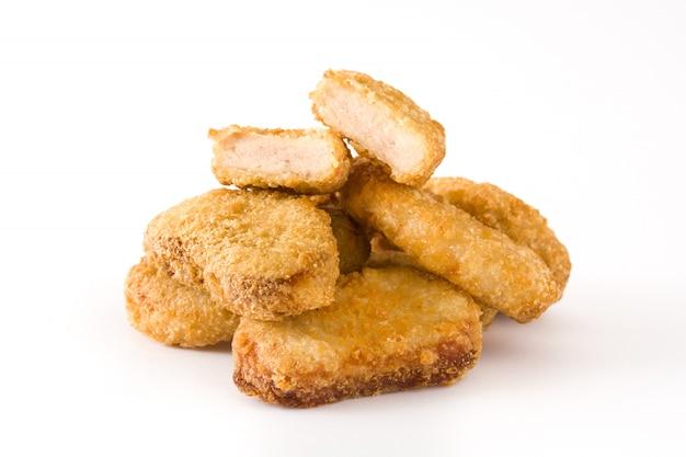Pepite di pollo fritto isolate su bianco